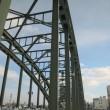 橋の歩道上からアーチを見上げる