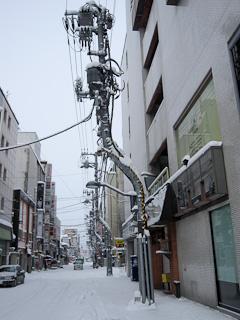 市内中心部に数多く見られる「曲がった電柱」