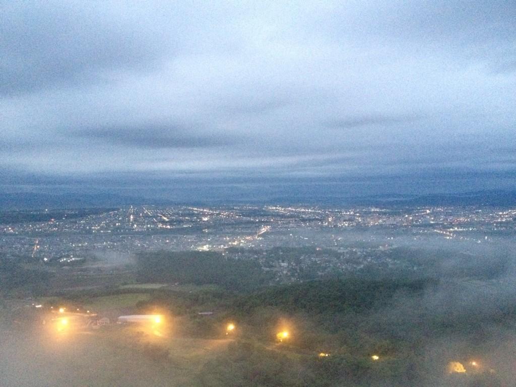 雲海の向こうに旭川の夜景が見えてきました@ニコラスタワー