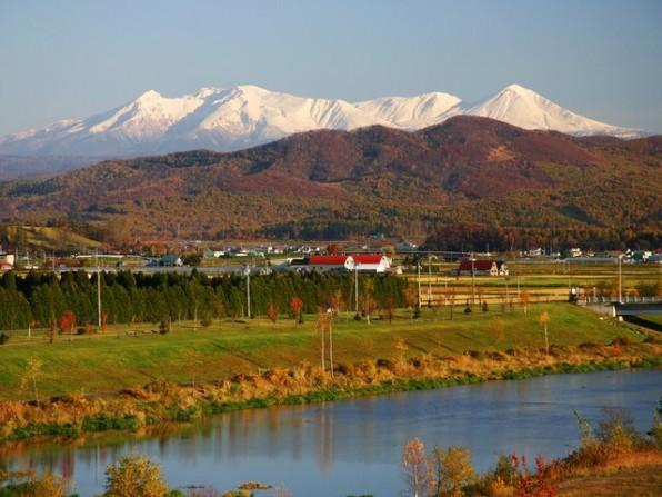 大雪山連峰をバックにした永山新川の風景