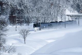 嵐山トンネルを抜ける列車