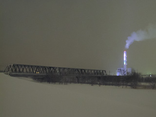 鉄橋とライトアップした近文清掃工場