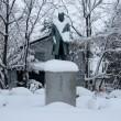 岩村通俊の像・冬?