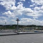空港の駐車場側、空が広く開放感があります。